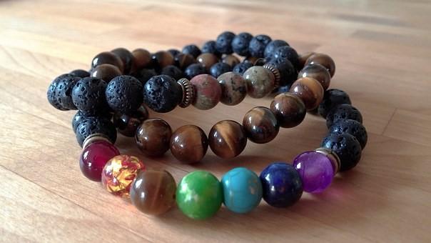 Bracelet pierre volcanique : ses vertus et ses propriétés