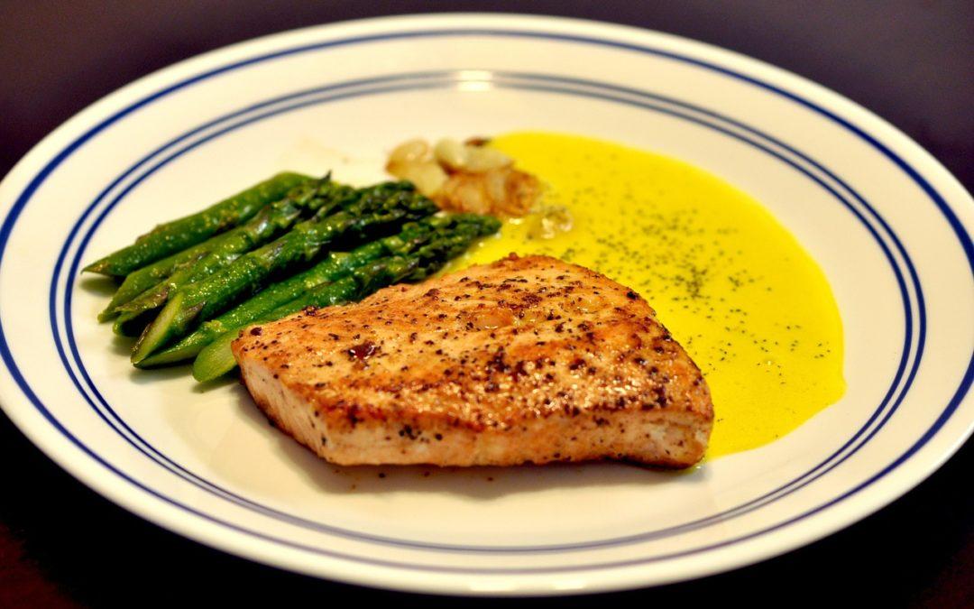 Recette healthy : Papillote de saumon et d'asperges, sauce au beurre d'ail et citron